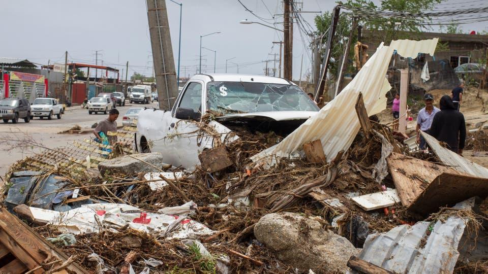 Los habitantes juntas los escombros de sus casa tras el paso del huracán. Foto: Reuters / Fernando Castillo