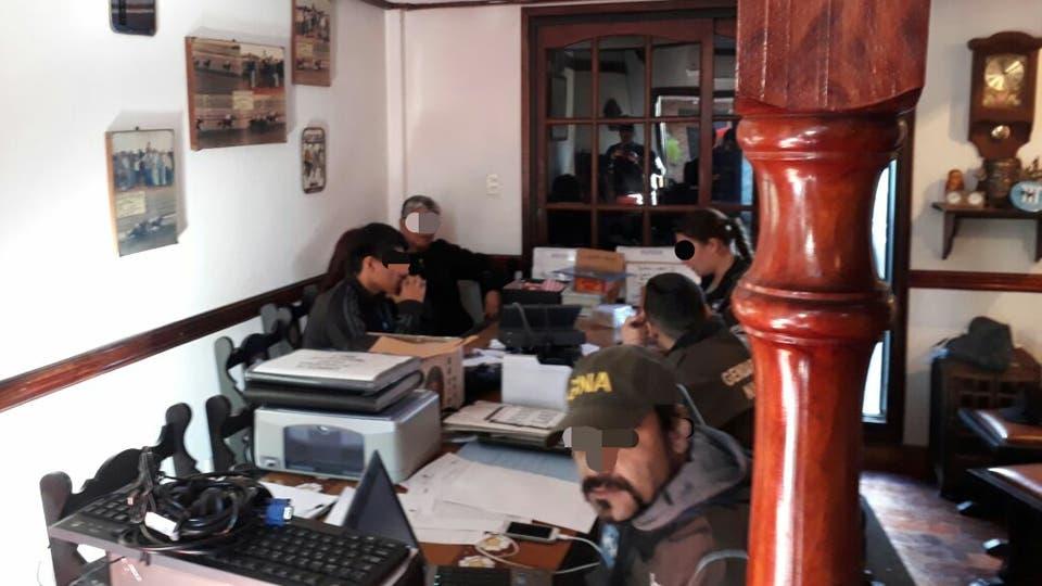 """Detienen al """"zar del juego"""" clandestino junto a otras 56 personas, entre ellas varios policías de alto rango. Foto: Ministerio de Seguridad"""