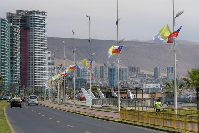 En Iquique ya se ven banderas del Vaticano junto a las banderas chilenas