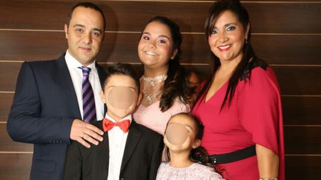"""Laura """"Lali"""" Palacios durante el festejo de sus 15 años junto a su familia"""