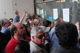 Los clientes se acercaron ayer a la puerta del banco afectado para conocer el estado de sus cofres