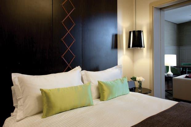 """Después: """"Hay seis tipos de habitaciones. En algunas se fusionaron dos cuartos; en las torres, se ubicaron las suites Imperiales. Su diseño combina tonos más neutros con toques de color"""".."""