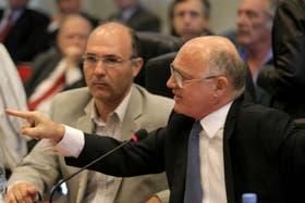 El canciller Héctor Timerman indica al Diputado Federico Pinedo, en el debate en Comisión de Diputados por el acuerdo con Irán