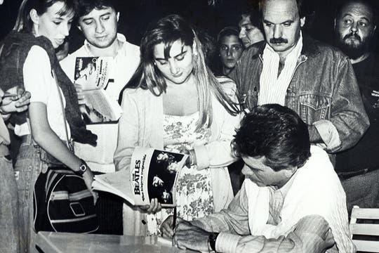 Badía firmando autógrafos en libros que publicó sobre Los Beatles. Foto: Archivo