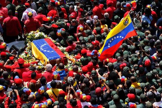 El féretro, cubierto con la bandera de Venezuela, era conducido desde el Hospital Militar en Caracas, hacia la escuela del Ejército de Venezuela. Foto: AP