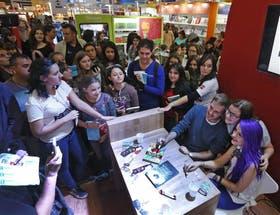 Ruescas posa rodeado por sus fans