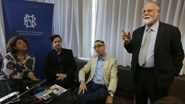 Laura Rosato, Germán Álvarez y Ernesto Montequin junto a Manguel en el anuncio de la donación