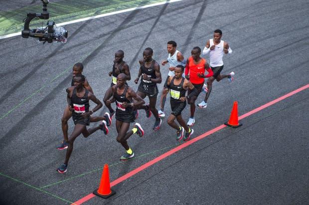 """En carrera: Kipchoge, Desisa y Tadese protegidos por seis """"liebres"""""""