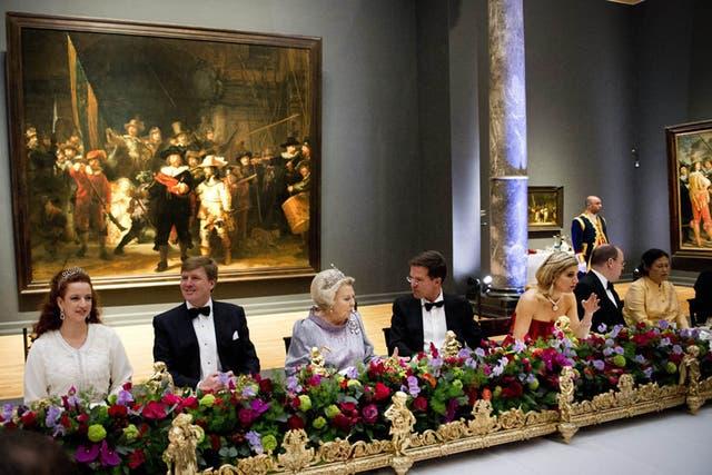 Momento del banquete junto a otros miembros de la realeza mundial
