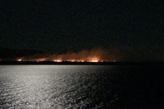 Un incendio de grandes dimensiones comenzó a hacia las 17.30 en la zona forestal del Km. 2073 de la Ruta 40, a metros de Bajada de Lechuza, entre Bariloche y Villa La Angostura. Foto: LA NACION