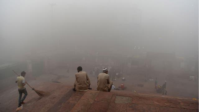 """Una espesa neblina gris envolvió la capital de India la contaminación golpea niveles peligrosos. La Asociación Médica India dijo que Nueva Delhi estaba en medio de una """"emergencia de salud pública"""""""
