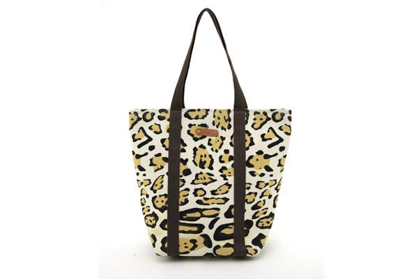 Bolso animal print (Chenson, $250).