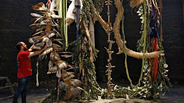 El ikebana colosal que Carlos Herrera (Ruth Benzacar) hizo con plantas, ropa y huesos