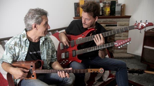 El luthier Mariano Maese con la Cigar Box Guitar y el bajista y guitarrista Javier Malosetti