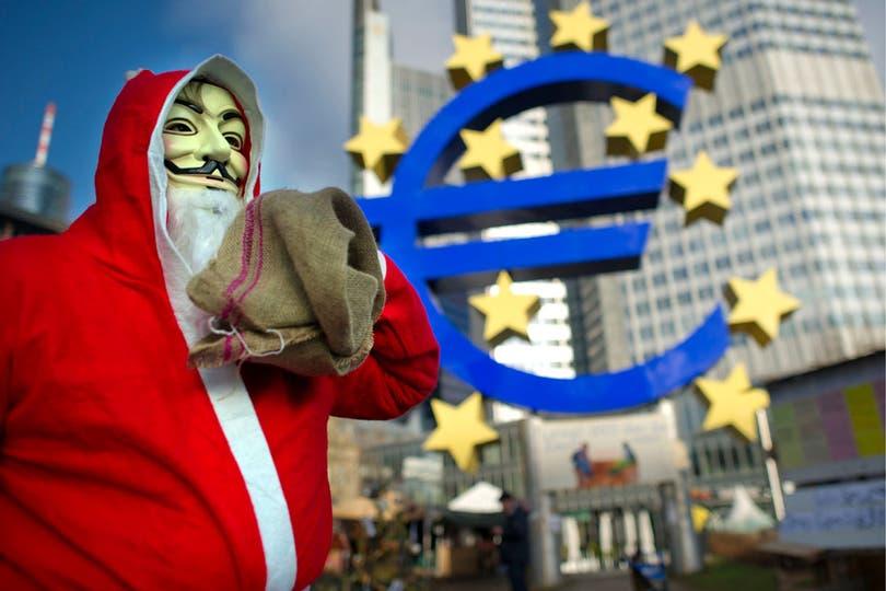 Un manifestante que acampa en la puerta del Banco Central Europeo, en Frankfurt (Alemania).