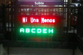 """La consigna """"Ni Una Menos"""", en el subte"""