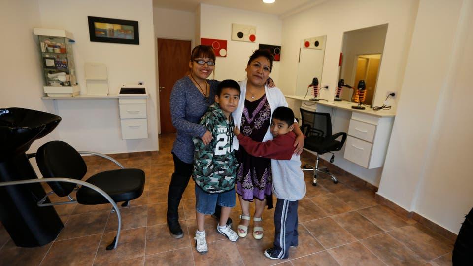 Ana María Salinas Quispe atiende su peluquería, mejoraron la ventilación y establecieron una división clara entre el local comercial y el hogar. Foto: LA NACION / Ricardo Pristupluk