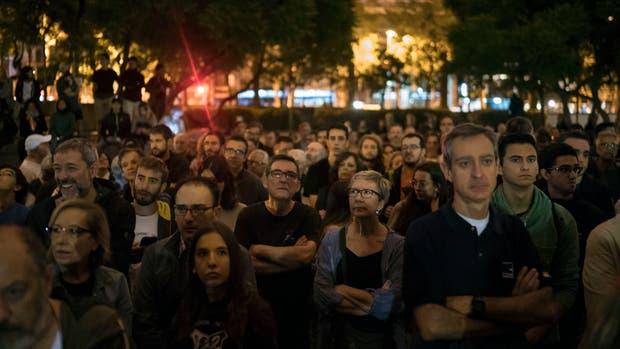 Cientos de personas esperan en las escuela de Cataluña el comienzo del referéndum