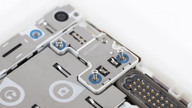 Todo el interior del teléfono está señalizado para que le usuario sepa cómo ubicar las piezas de recambio