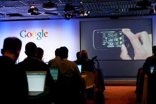 Imágenes de la presentación en Mountain View, California, del primer celular desarrollado por los ingenieros de la compañía. Foto: EFE