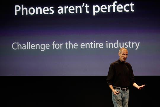 El CEO y fundador de la compañía, Steve Jobs, dijo que es un problema común entre los smartphones de la competencia. Foto: AP