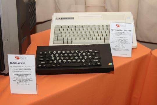 Las computadoras de Sinclair, otro de los modelos que llaman la atención (una ZX Spectrum y, atrás, una Spectravideo). Foto: Gentileza Museo de Informática