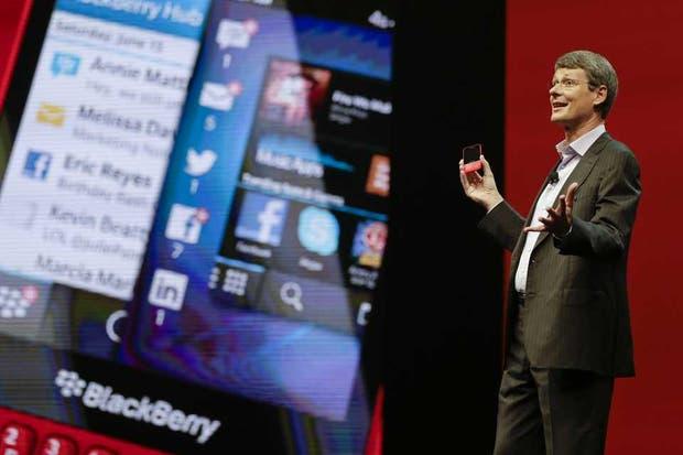 Thorsten Heins, CEO de blackBerry, con el nuevo modelo Q5, con el sistema operativo BB10