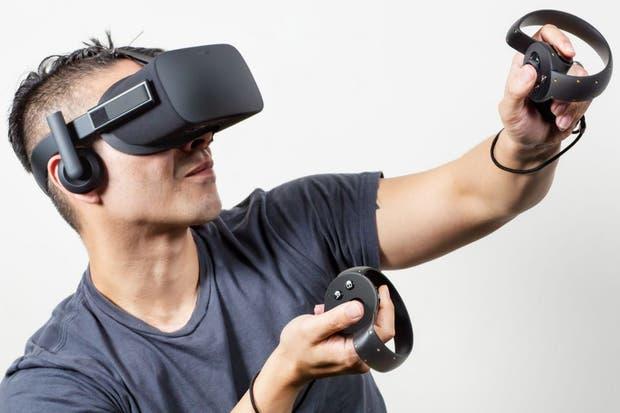Un Oculus Rift con los controles, que combinan botones, joystick y sensores de movimiento; el procesamiento de la imagen lo hace la PC