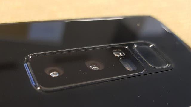 El Note8 es el primero de Samsung en ofrecer dos cámaras traseras: una normal y otra con un teleobjetivo de dos aumentos