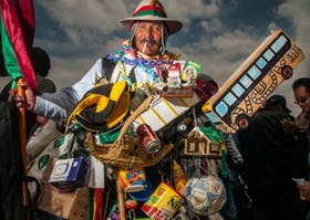 Aquí un hombre disfrazado de ekeko, un amuleto de yeso o arcilla, en forma de figura humana que suele verse sonriente, con los brazos abiertos, al que se atribuye la virtud de propiciar prosperidad y abundancia