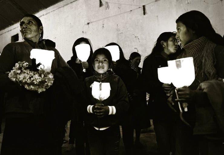 A media luz. Las doctrinas y los fieles avanzan en medio de las calles oscuras del pueblo, y muchos alumbran la noche con faroles armados con velas y papel de colores