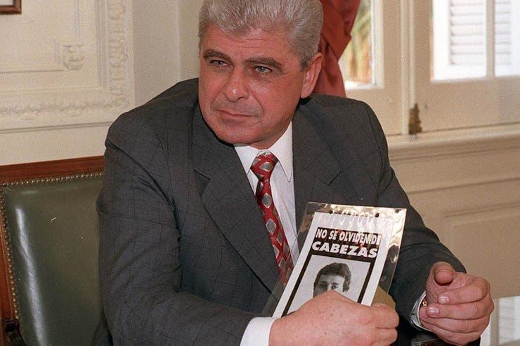 Junio de 1997. Cinco meses después del asesinato que ordenó, Yabrán exhibe el símbolo del reclamo de justicia por el crimen de Cabezas en la Casa Rosada, durante su reunión con el entonces jefe de Gabinete, Jorge Rodríguez