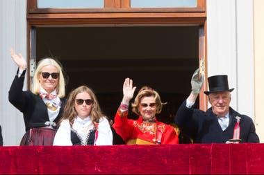 La reina Sonja y el rey Harald (der.) de Noruega, durante las celebraciones del día nacional hoy