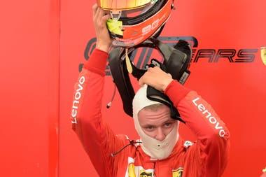 Mick Schumacher, tan parecido a su padre, Michael, en el momento en que se coloca el casco para salir a la pista.