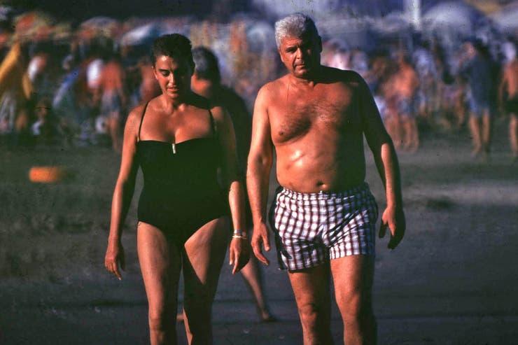 La foto que le costó la vida a Cabezas mostraba a Alfredo Yabrán de frente, junto a su esposa, caminando por la playa de Pinamar