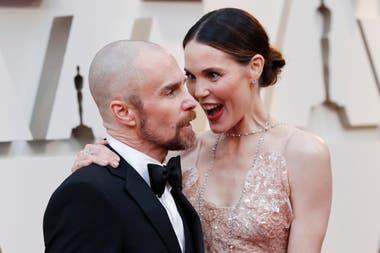 Sam Rockwell junto a su mujer, la actriz Leslie Bibb muy enamorados en la alfombra roja de los Oscar