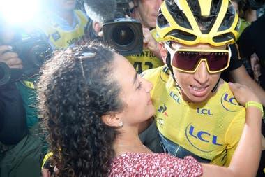 Egan Bernal, flamante campeón del Tour de France, con su novia