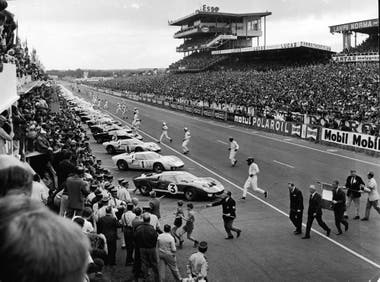 Los pilotos se dirigen hacia sus autos para la largada, el 18 de junio de 1966