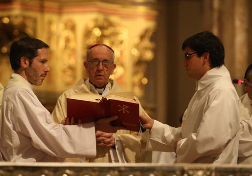 El  Cardenal Jorge Bergoglio, preside la Misa Anual por la Educacion, en la catedral metropolitana, bajo el lema ´´Educar para una Patria Grande. Foto: LA NACION / Ricardo Pristupluk