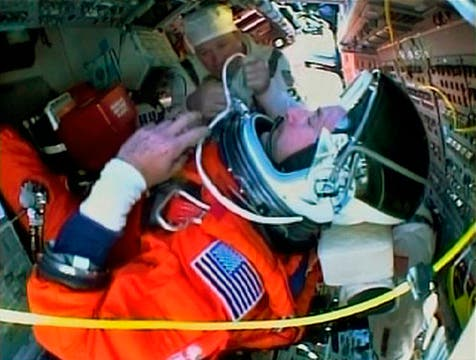 Comandante del Atlantis, Ken Ham a bordo del transbordador espacial, mientras se prepara para su lanzamiento. Foto: Reuters