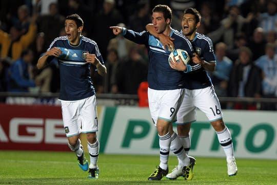 Higuaín ya marcó el empate y lo festeja con Agüero y Di María. Foto: lanacion.com / Fabián Marelli