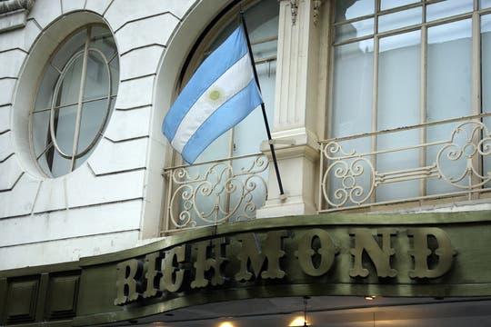 La bandera argentina flamea sobre el techo de la confitería. Foto: LA NACION / Sebastián Rodeiro