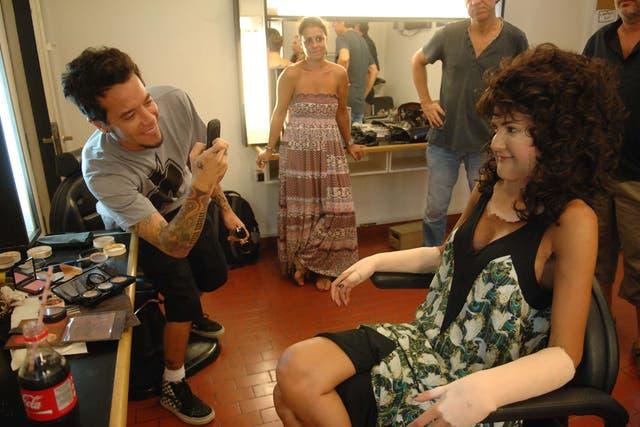 Sebastián Ortega le saca fotos a Isabel Macedo transformada para empezar las grabaciones de Los Graduados