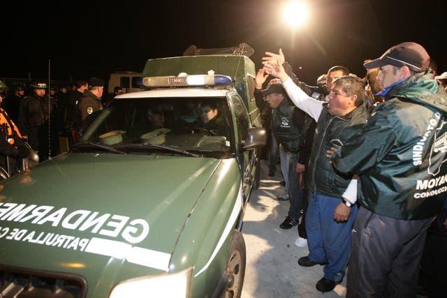 La Gendarmería intenta ingresar en la planta de la empresa YPF, en La Matanza, ante el bloqueo del gremio de Camioneros, que se apostó en el lugar