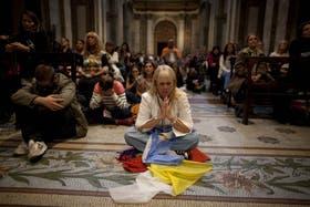 Anteayer, en plena madrugada, la Catedral estuvo colmada de fieles que no solían visitar el templo