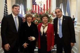 El secretario de Comercio Interior, Guillermo Moreno, junto a la embajadora de los EE.UU., Vilma Martínez y otros funcionarios norteamericanos