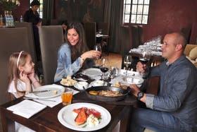 Sabrina Puche, Leonardo Martorell y su hija, Jazmín, disfrutan de un almuerzo en Francis Mallmann 1884
