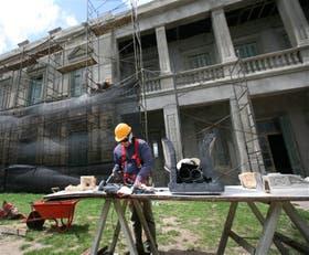 En la fachada se restauran también las piezas decorativas