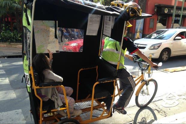 El bicitaxi, en la ciclovía de Montevideo, con una joven pasajera