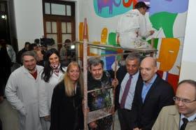 El artista plástico y médicos del Hospital de Niños